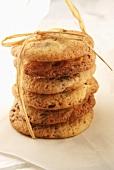 Cookies, gestapelt und zusammengebunden