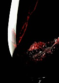 Rotwein in Glas einschenken (Close Up)