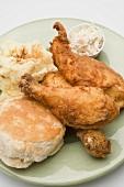 Hähnchen mit Kartoffelpüree, Biscuit und Coleslaw