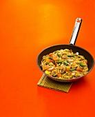 Gemüse Chop Suey mit Nudeln und Walnüssen in einer Pfanne