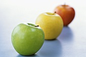 Drei verschiedene Äpfel, aufgereiht