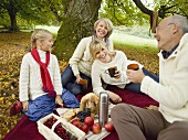 Eine Drei-Generationen-Familie beim Picknick im Wald