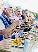 Gemeinsames Essen am See