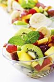 Frischer Obstsalat mit Minzblättchen