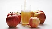Apfelsaft einschenken