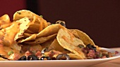 Nachos mit Käse und Oliven überbacken