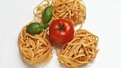 Tagliatelle mit Tomate und Basilikumblättern