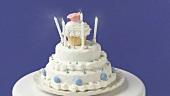 Geburtstagskerzen auf einer weissen Torte