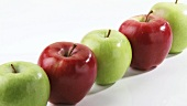 Rote und grüne Äpfel in einer Reihe