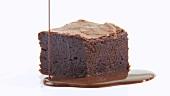 Brownie mit Schokoladensauce anrichten