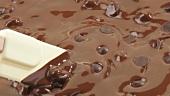 Flüssige Schokolade mit Rührlöffel