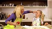 Mutter und Tochter backen gemeinsam Apfelkuchen