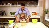 Vater und Tochter backen gemeinsam