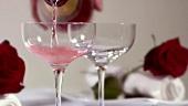 Zwei Gläser Rosesekt einschenken