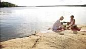 Zwei Frauen beim Picknick auf der Insel Blidö (Stockholmer Archipel)