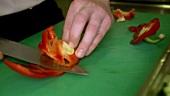 Paprikaschote entkernen und klein schneiden