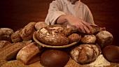 Bäcker bringt frisch gebackene Brote