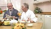 Älteres Paar beim Frühstücken