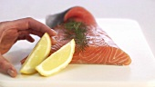 Graved Lachs mit Zitronen garnieren (Close Up)