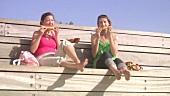 Zwei Freundinnen essen Wassermelone im Freien