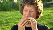 Junge isst Burger