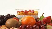 Frische Früchte und Schale mit Cornflakes, Milch und Beeren
