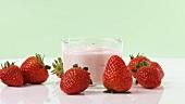 Erdbeerjoghurt und frische Erdbeeren