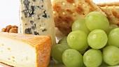 Käseteller mit Crackern, Weintrauben und Walnüssen