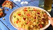 Spaghetti mit Tomaten, Mozzarella und Oliven