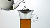 Schwarzen Tee aufgiessen