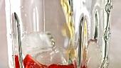 Erdbeergetränk im Mixer zubereiten
