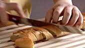 Ein Baguette schneiden