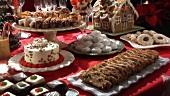 Weihnachtliches Kuchenbuffet mit Lebkuchenhaus und Gebäck