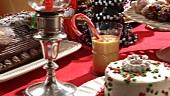 Weihnachtliches Kuchenbuffet mit Plätzchen und Lebkuchenhaus