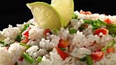 Reis mit Paprikastückchen und Limetten