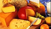 Verschiedene Käsesorten und Weintrauben