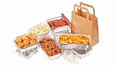 Verschiedene Gerichte in Aluschalen verpackt