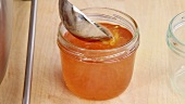 Marmeladenglas mit Orangenmarmelade verschliessen