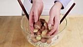 Kartoffeln zu der Gemüse-Mayonnaise-Mischung geben