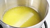 Butter in einer Kasserolle schmelzen lassen
