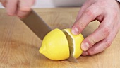 Eine Zitrone halbieren