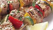 Gegrillte Gemüse-Fleisch-Spiesse auf Pitabrot