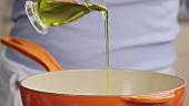 Öl in eine Pfanne geben