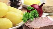 Zutaten für Tiroler Gröstl (Kartoffeln, Rindfleisch, Zwiebel)