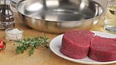 Rinderfiletsteaks, Kräuter, Gewürze, Pfanne und Öl