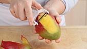 Eine Mango schälen