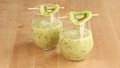Banana and kiwi smoothie in two glasses