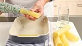 Cannelloni mit Spinat-Ricotta-Masse füllen