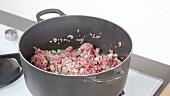 Zwiebeln und Hackfleisch anbraten