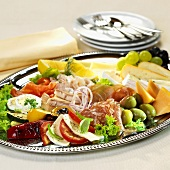 Antipasti misti (Appetiser platter: cold cuts, cheese, vegetables)